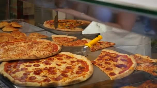 Krájení čerstvé pizzy Pizza kuchař