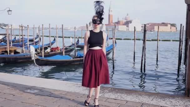 Frau in Maske posiert in Venedig