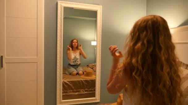 Yong a krásná dívka pózuje v zrcadle. Ložnice v hotelu