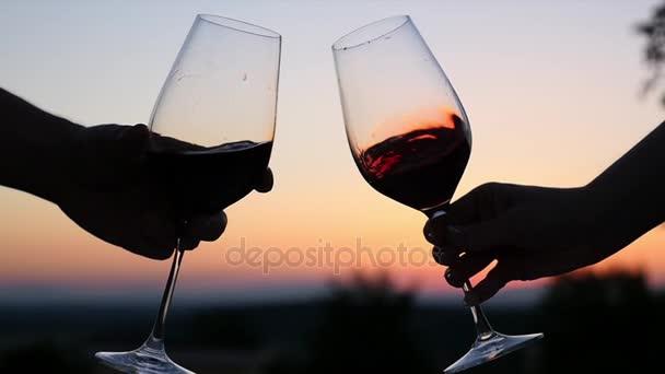 Ricco vino rosso è versato nel bicchiere di vino dellaerostato