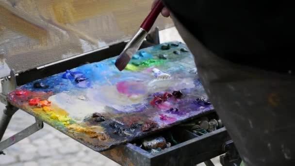artista che lavora sulla pittura.