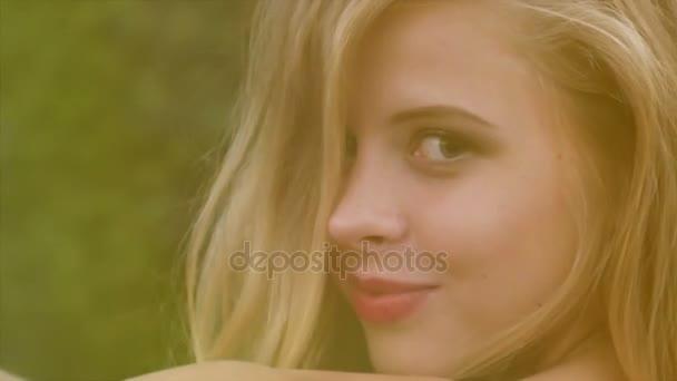 Mladá a hezká modelka pózuje pro kameru