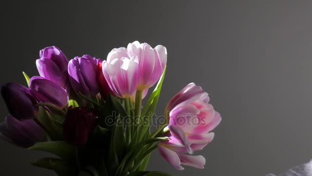 Ruce mužů a žen se s kyticí květinám uctí. Jarní čas