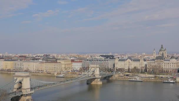 Panorámás kilátás nyílik Budapest és a Duna és a Lánchíd