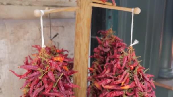Sušených červených chilli papričky pro prodej na ulici.