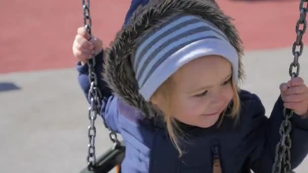 Baby Junge auf dem Spielplatz.