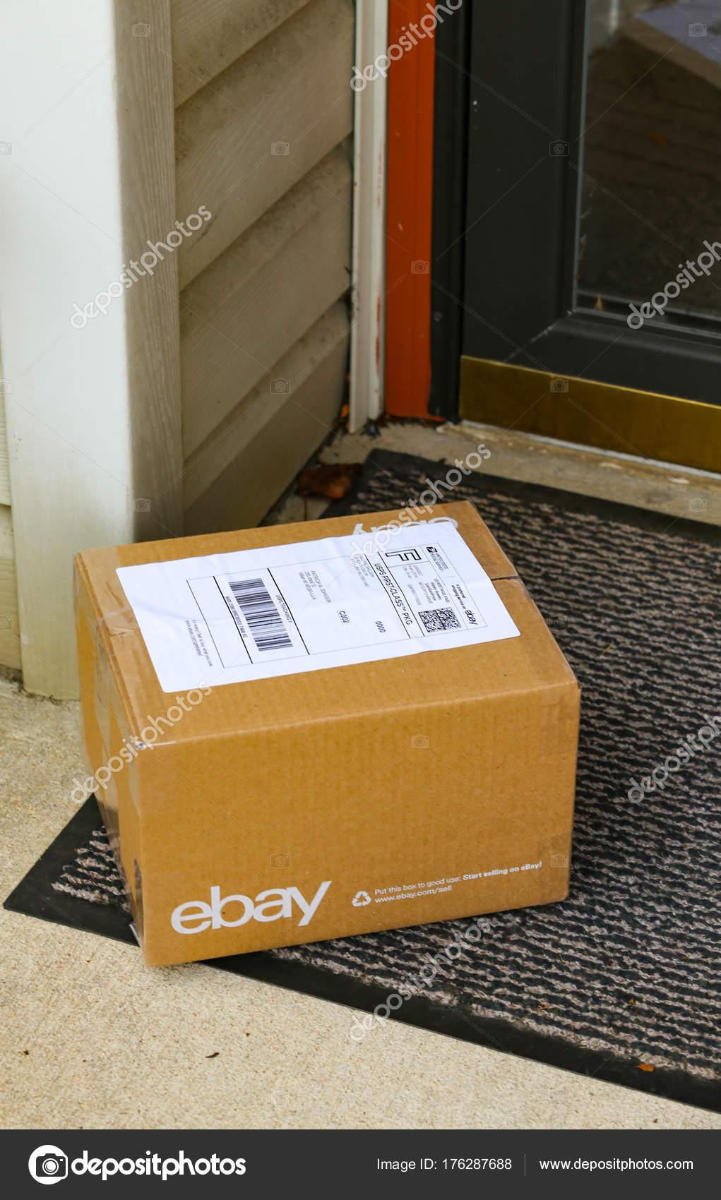 Braun Ebay Paket An Haustur Redaktionelles Stockfoto