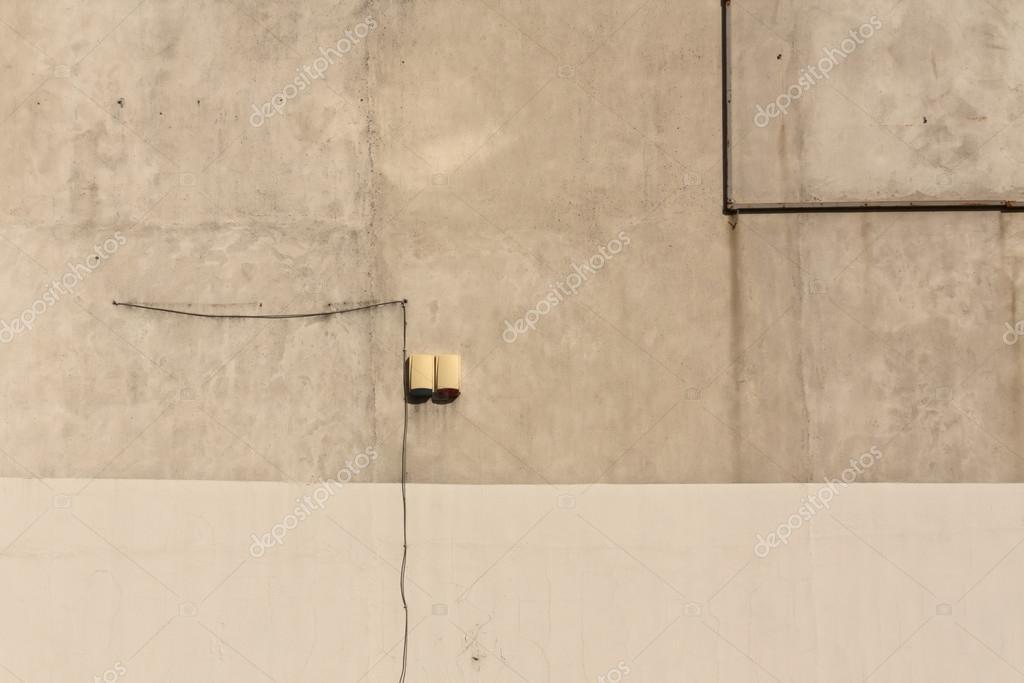 Elektrischer Draht auf Betonmauer — Stockfoto © pavelalexeev #126375752