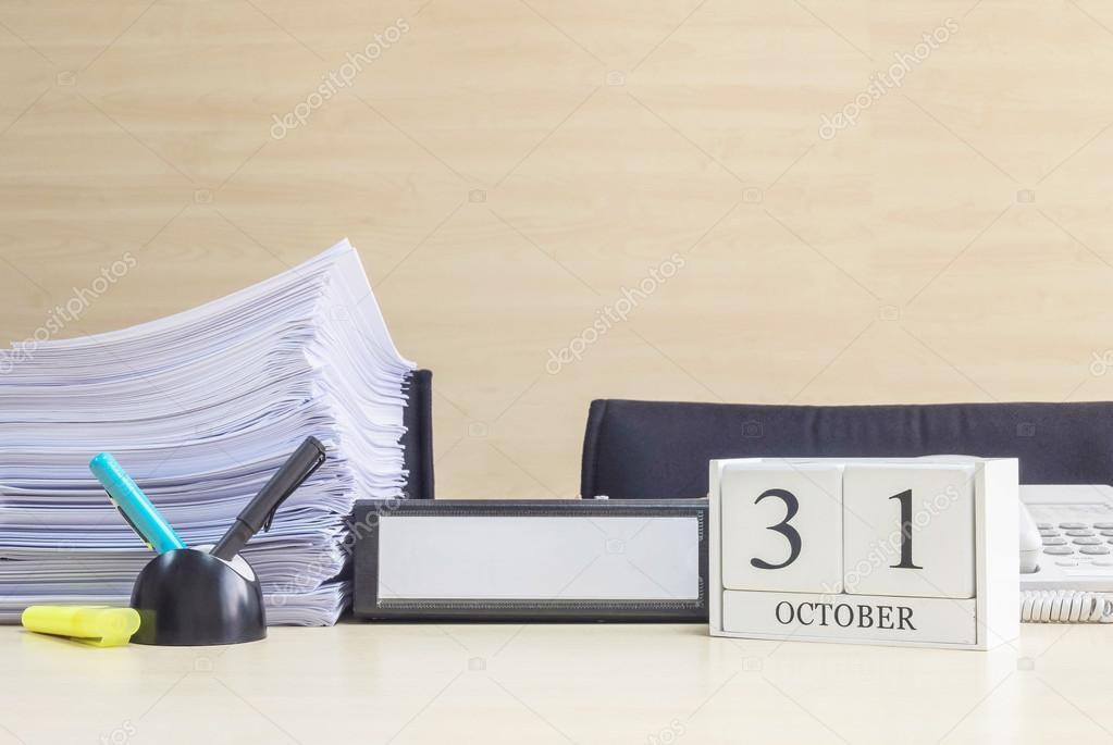 Calendrier en bois blanc closeup par mot octobre noir bureau
