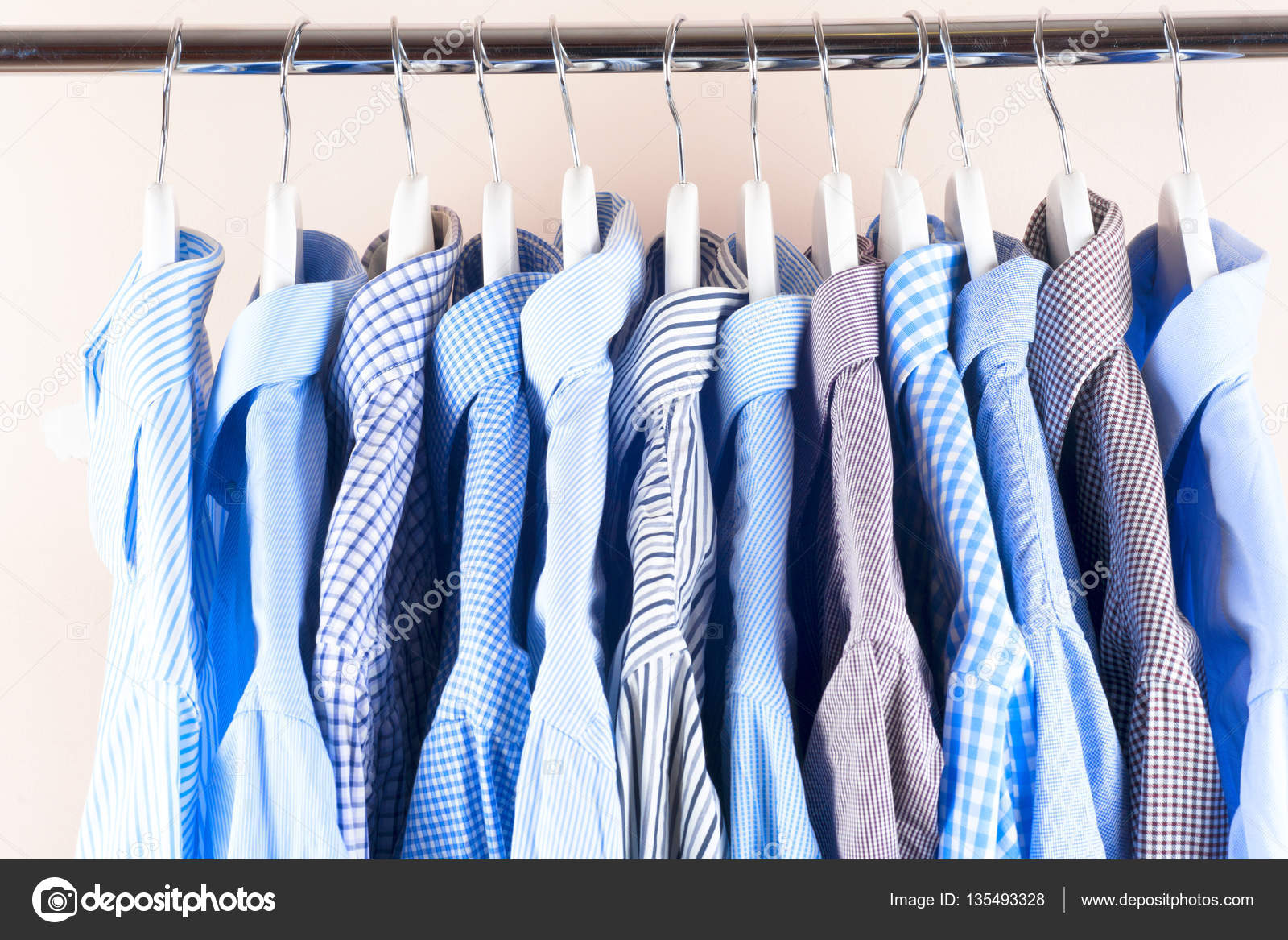 1f21704fc4d2 Vestiti appendere su una mensola. Attaccapanni con camicie. Abiti da uomo  d affari — Foto di ...