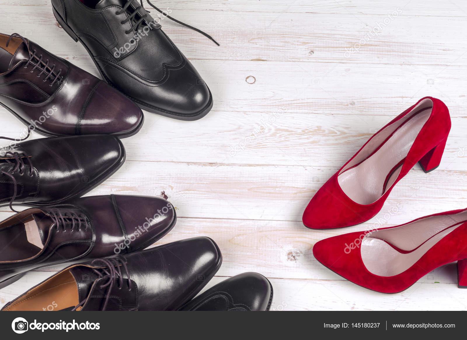 8dd9e92ad4 Zapatos para hombre y zapatos de mujer de rojo tacones altos sobre fondo  blanco - imágenes  zapatos hombre y mujer — Foto de ...