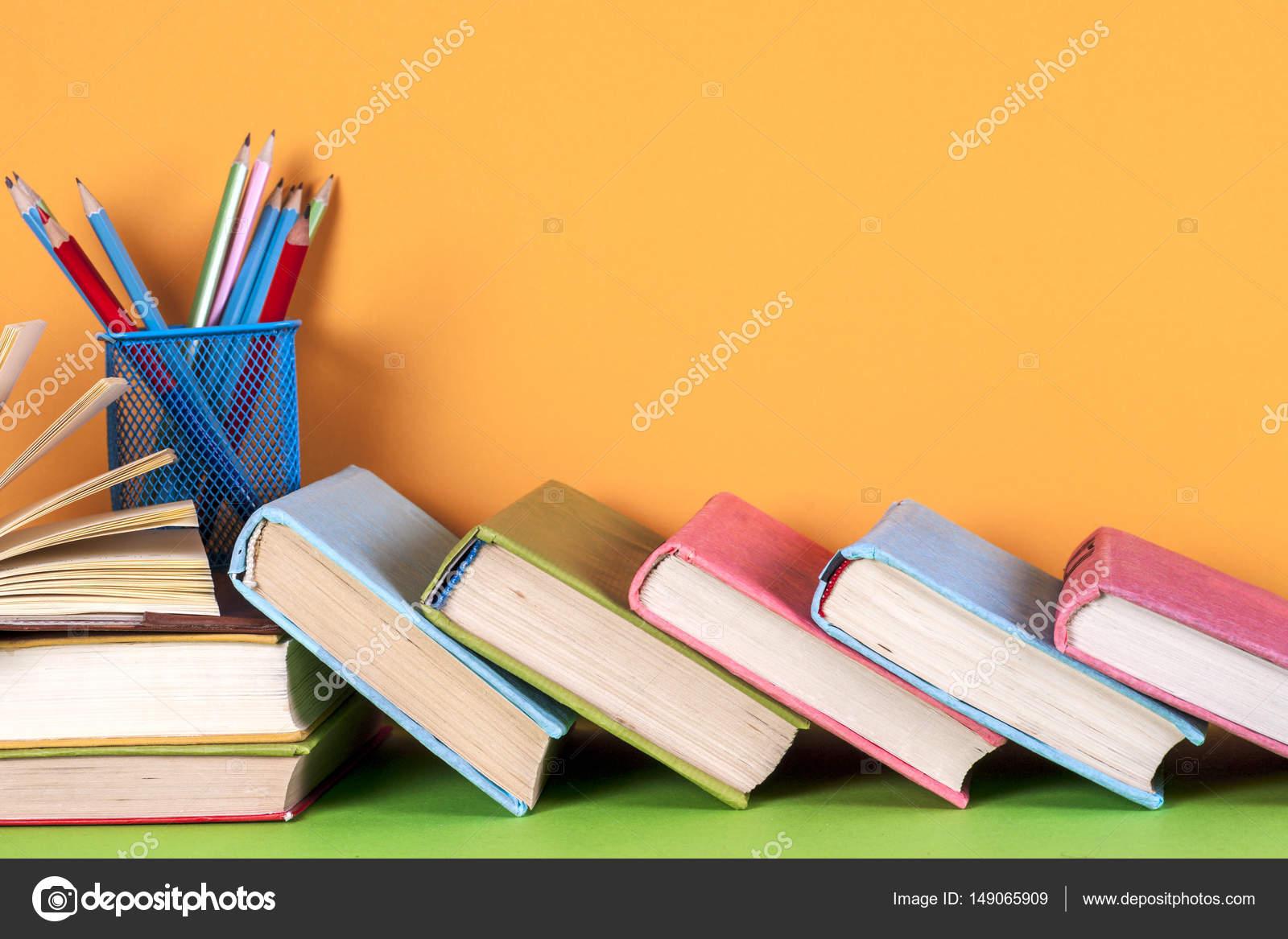 Libro abierto, libros de tapa dura en colores brillantes de fondo ...