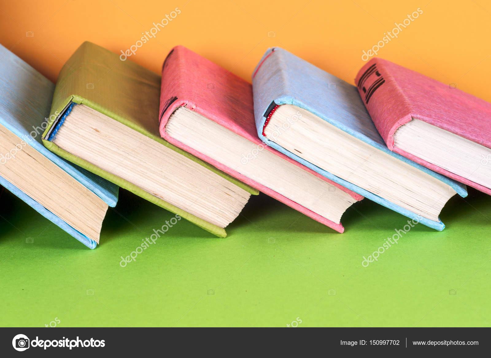 Conjunto de libros de colores sobre fondo de colores brillante ...