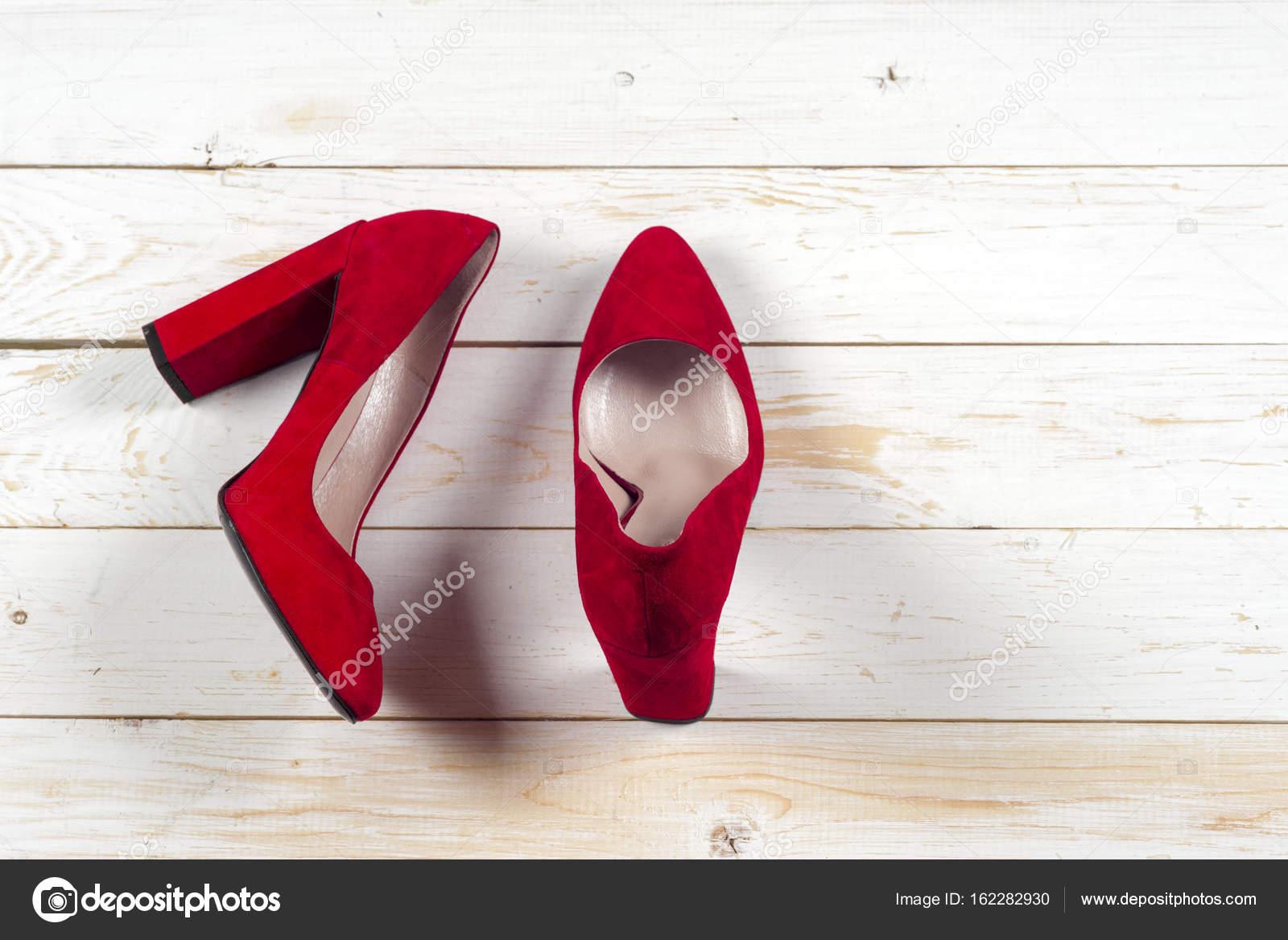 961ecfaaa70b3a Жіночий червоні туфлі на високих підборах. Концепція мінімальних моди —  Фото від vtmila