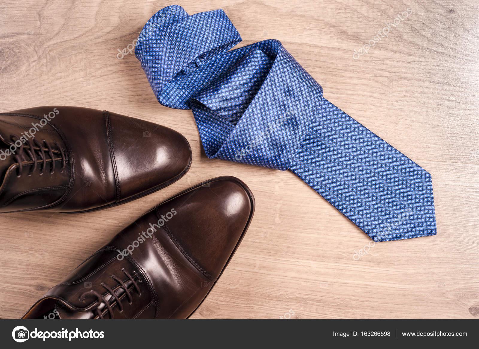 9bb474659f0d82 Чоловіки аксесуари чоловіче взуття, краватку на дерев'яними тлі. Класичний  чоловіки аксесуари. Вид зверху. Копія простір для тексту — Фото від ...