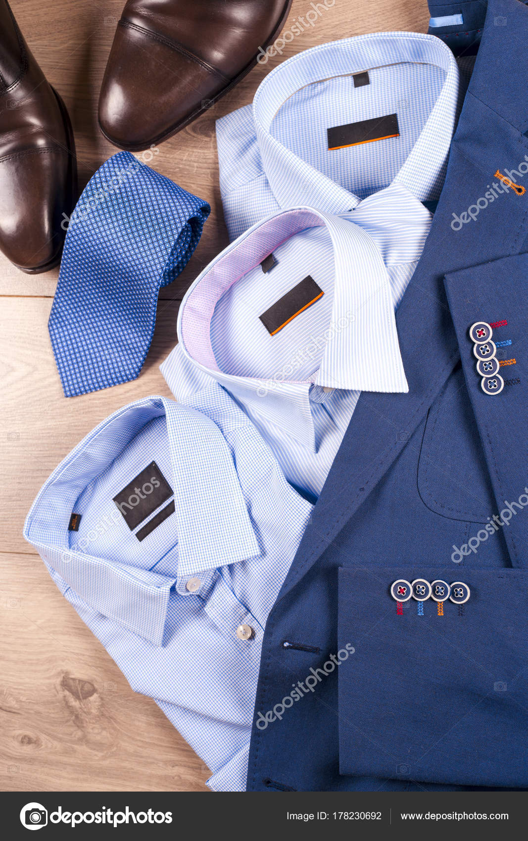 343750eb61 Set di vestiti mens classic - abito blu, camicie, scarpe marroni ...