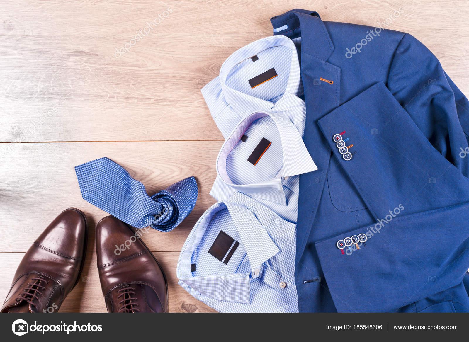 Klassische Herren Kleidung blauen Anzug, Hemd, braune