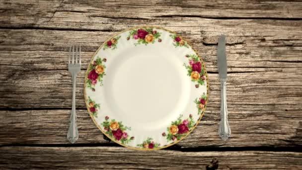 Üres lemez kést és a villát egy piknik asztal-ban megáll jelet ad