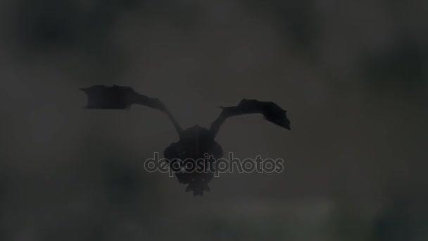 Drache fliegt in den Himmel durch Wolken und mitten in einem Gewitter