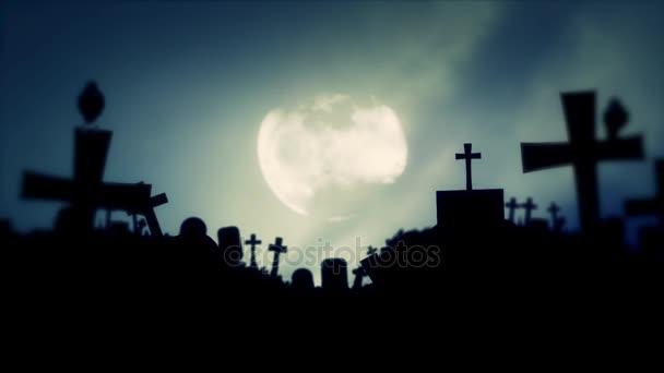 Děsivý hřbitov a havrani na strašidelné mlhavé noci