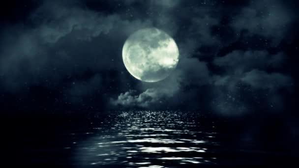 Úplněk s hvězdnou noční odrážející nad vodou s mraky a mlha
