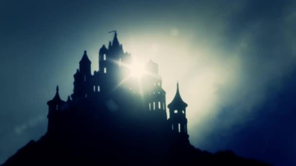 Krásný východ Evropské strašidelný hrad na vrcholu hory v mlžný den