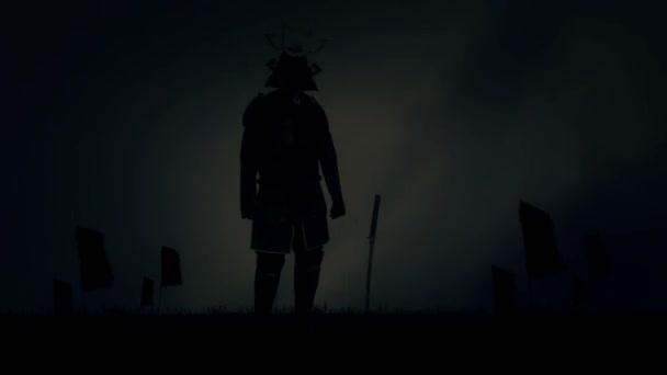 Epischer traditioneller Samurai-Krieger in Ganzkörperrüstung, der unter einem Sturm steht