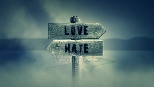 Stará dřevěná cedulka na středním Cross Road se slovy láska nebo nenávist