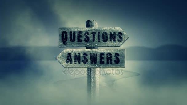 Stará dřevěná cedulka na středu křížové cesty s nápisem otázky nebo odpovědi