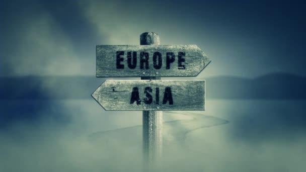Staré dřevěné podepsat na střední křížové cesty s nápisem Evropy nebo Asie