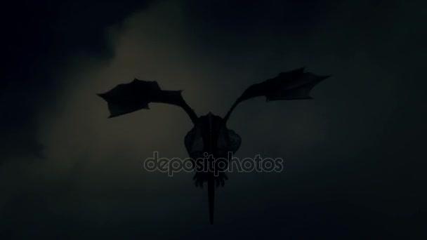 Rücken eines Drachen, der in einen Gewittersturm fliegt