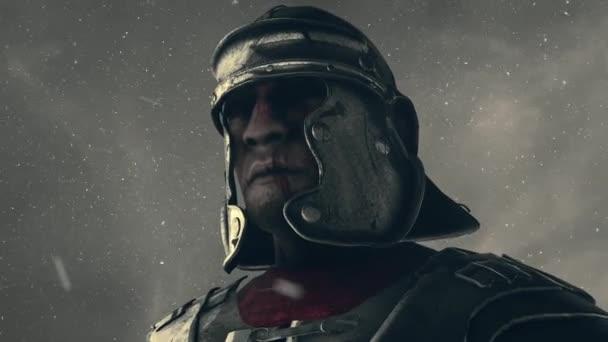 Římský voják v helmě stojící pod sněhem