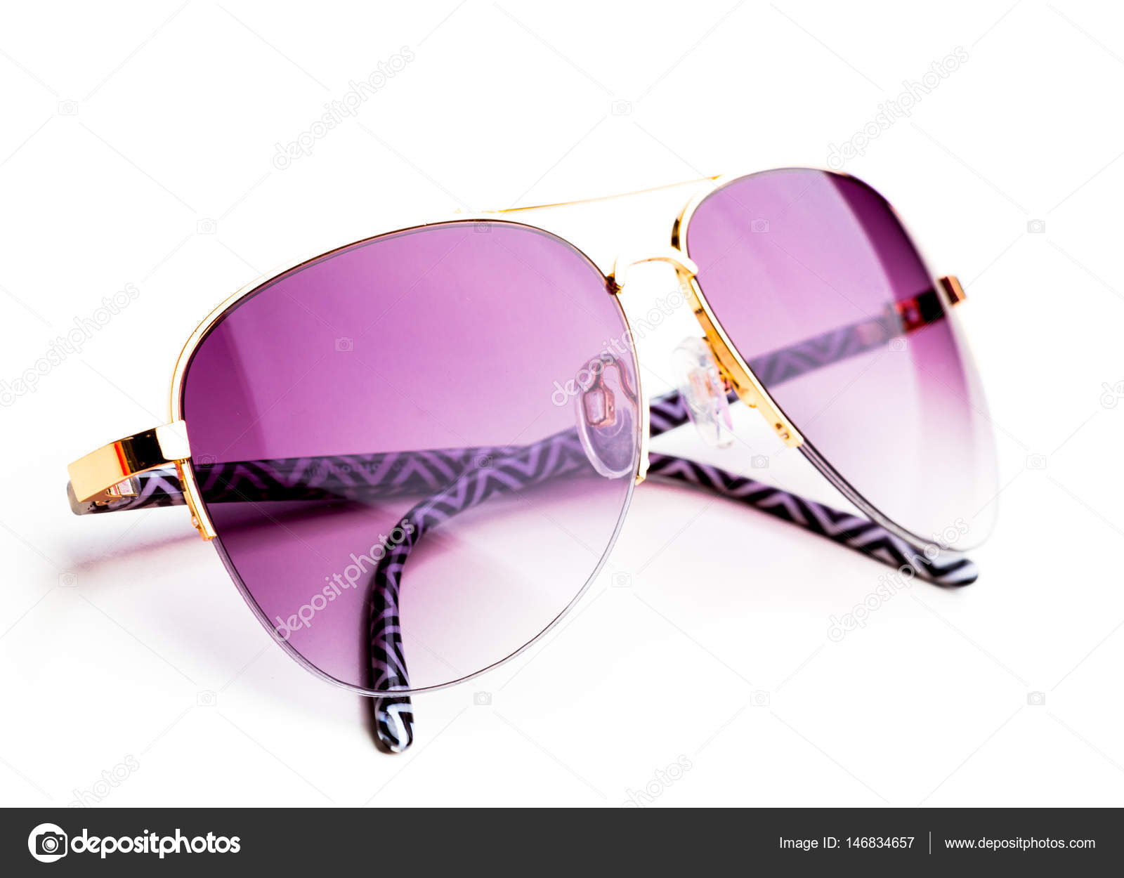 66bbb3deea Σύγχρονη μοντέρνα γυαλιά ηλίου που απομονώνονται σε λευκό φόντο — Εικόνα  από ...