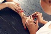 Fotografia Lapplicazione di Mehndi sulla mano femminile