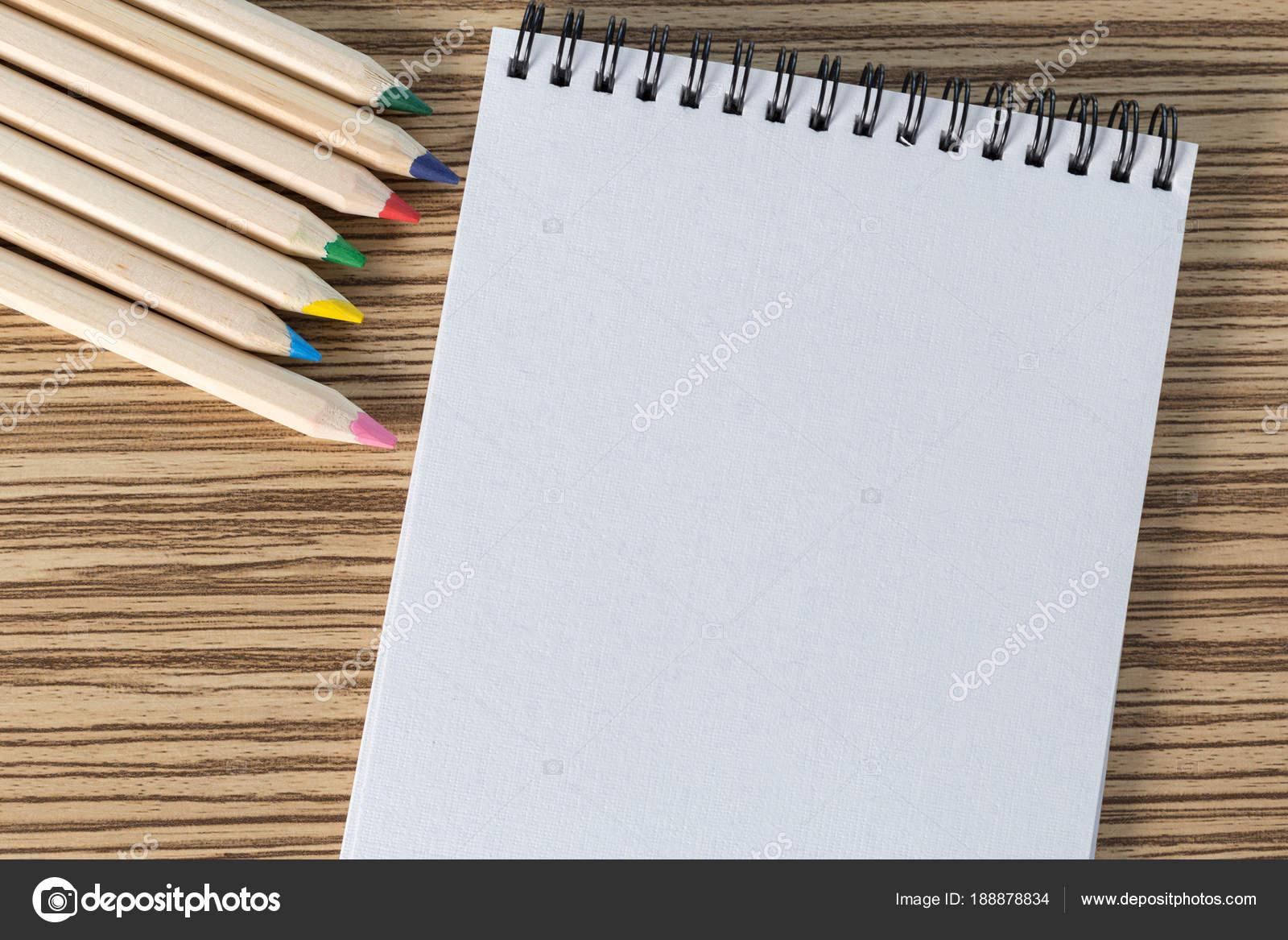 fda5c5b54 Lápices Colores Cuaderno Dibujo Una Tabla — Foto de stock ...