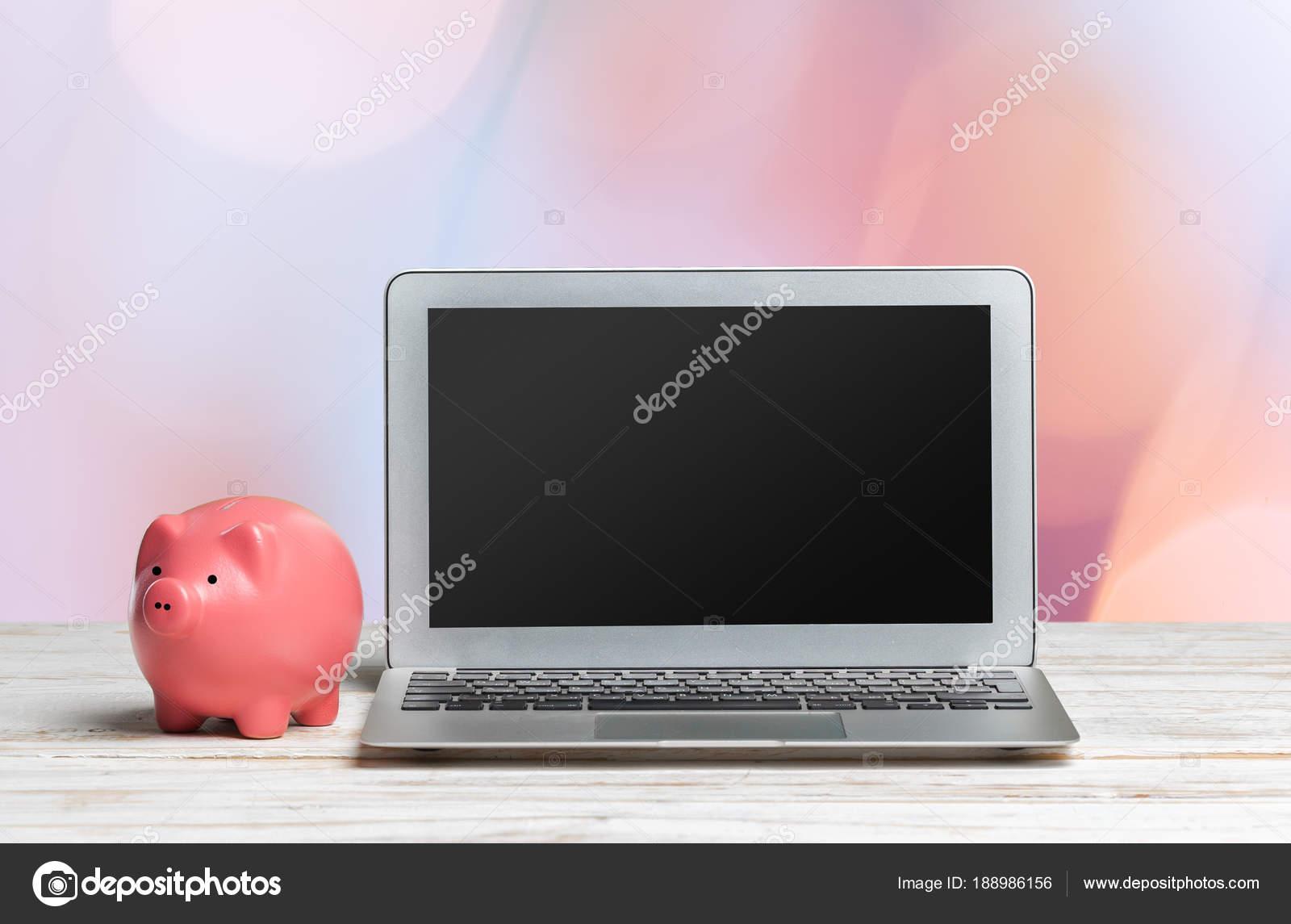 Laptop Tafel Bank : Piggy bank laptop houten tafel u stockfoto fotofabrika