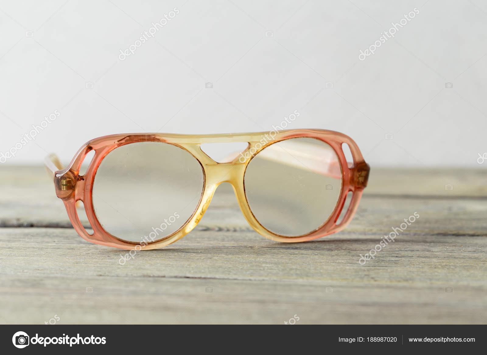 855ddf54b6 Παλιά Ντεμοντέ Γυαλιά Φόντο Ξύλινη — Φωτογραφία Αρχείου ...