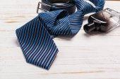 Fotografie Happy Fathers Day, Krawatte auf Holztisch