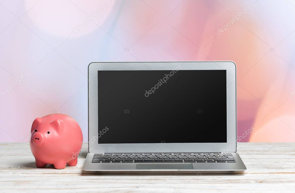 Laptop Tafel Bank : Piggy bank laptop houten tafel u stockfoto fotofabrika