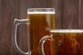 pivní sklenice na dřevěné pozadí