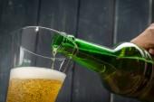 sklenice piva a pivní láhev