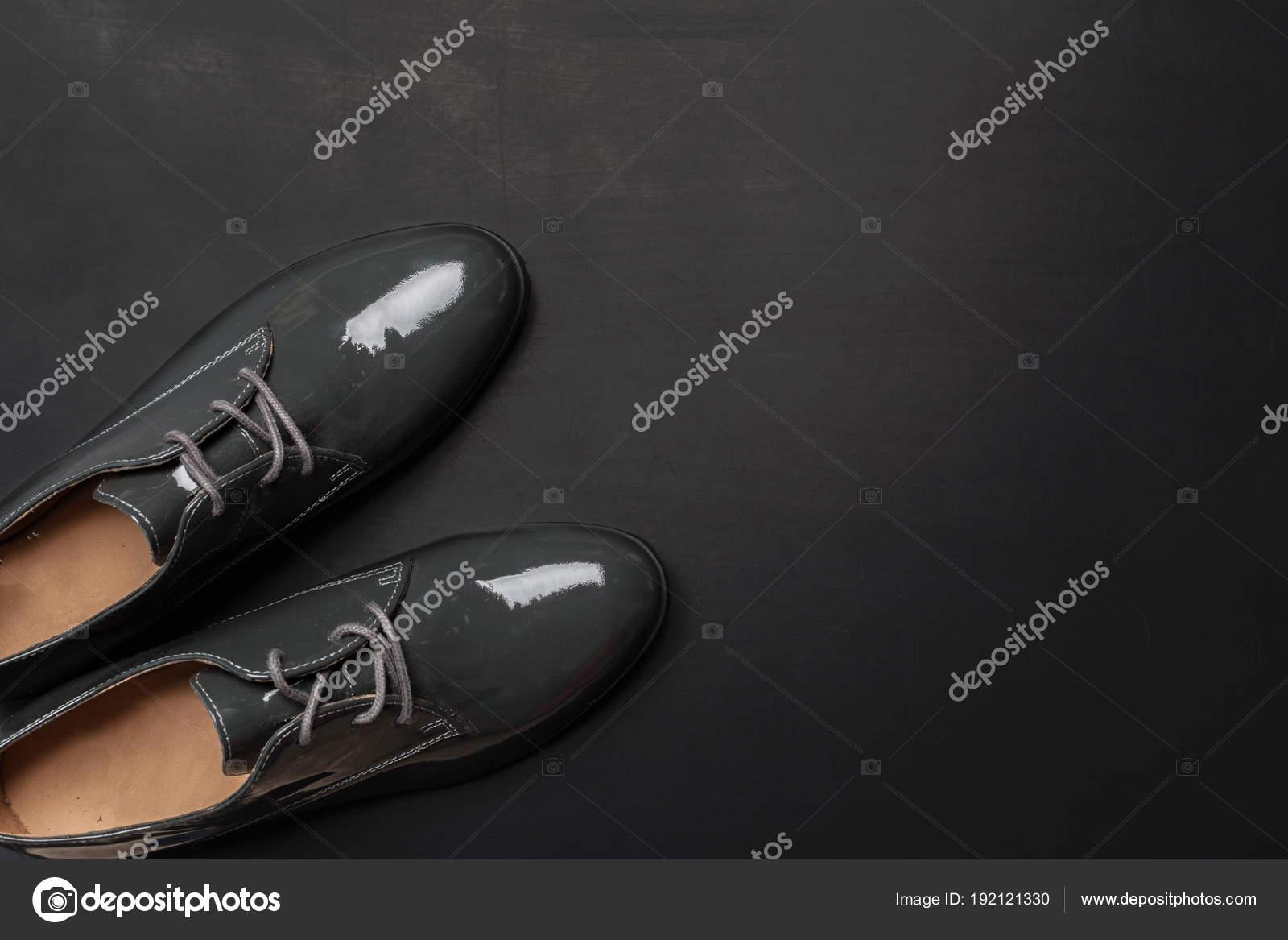 c002c24496 Παπούτσια Γυναικών Ξύλινα Φόντο — Φωτογραφία Αρχείου © Fotofabrika ...