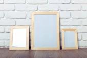 Fotografia cornici su muro di mattoni