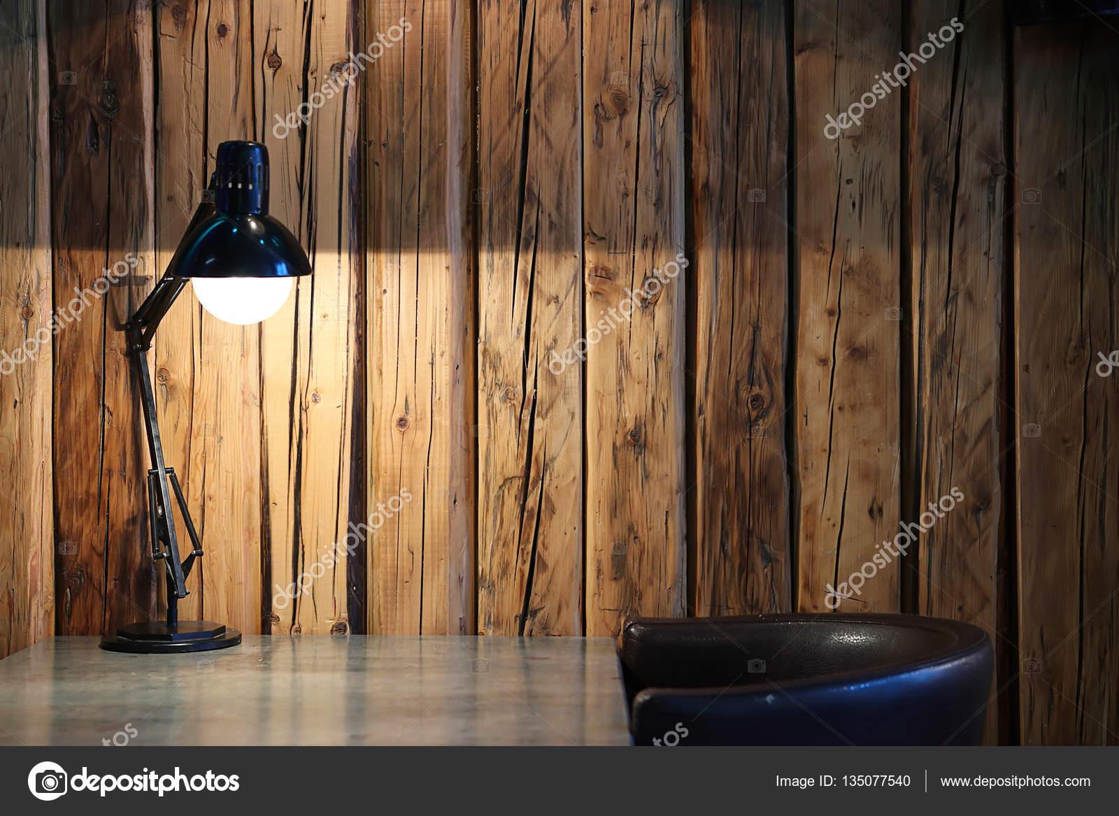 Lampe de bureau noir vintage sur fond de bois u photographie