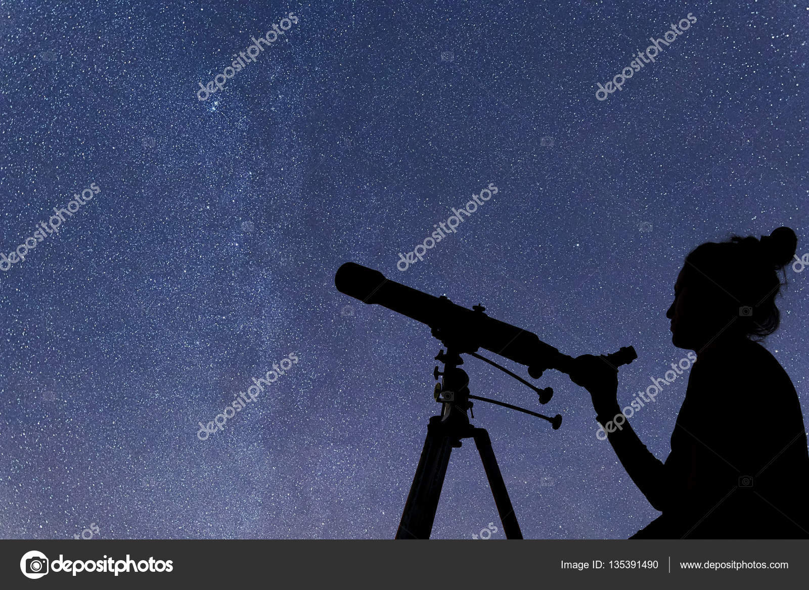 Frau mit teleskop die sterne beobachten sternenhimmel frau und ni