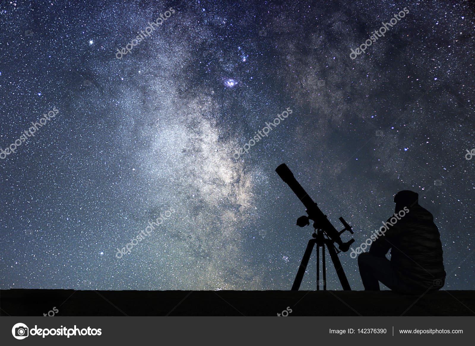 Mann mit blick auf die sterne astronomie teleskop u stockfoto