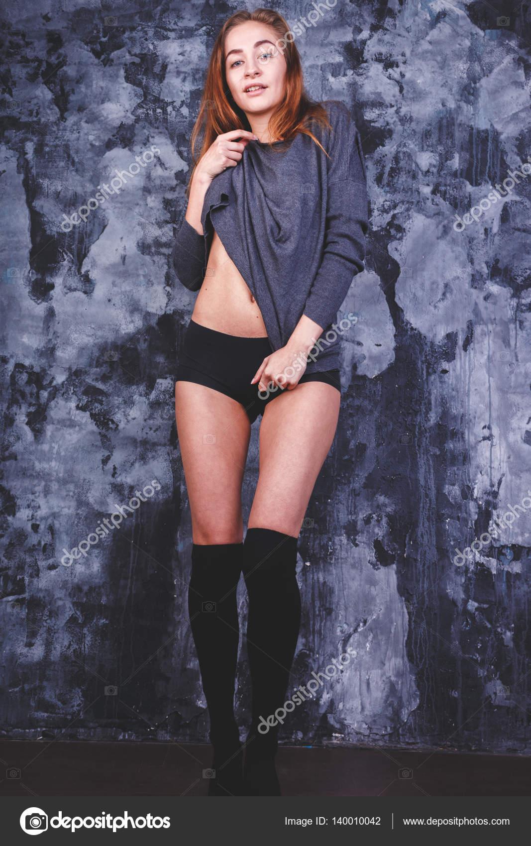 Сексуальная девушка в пиджаке