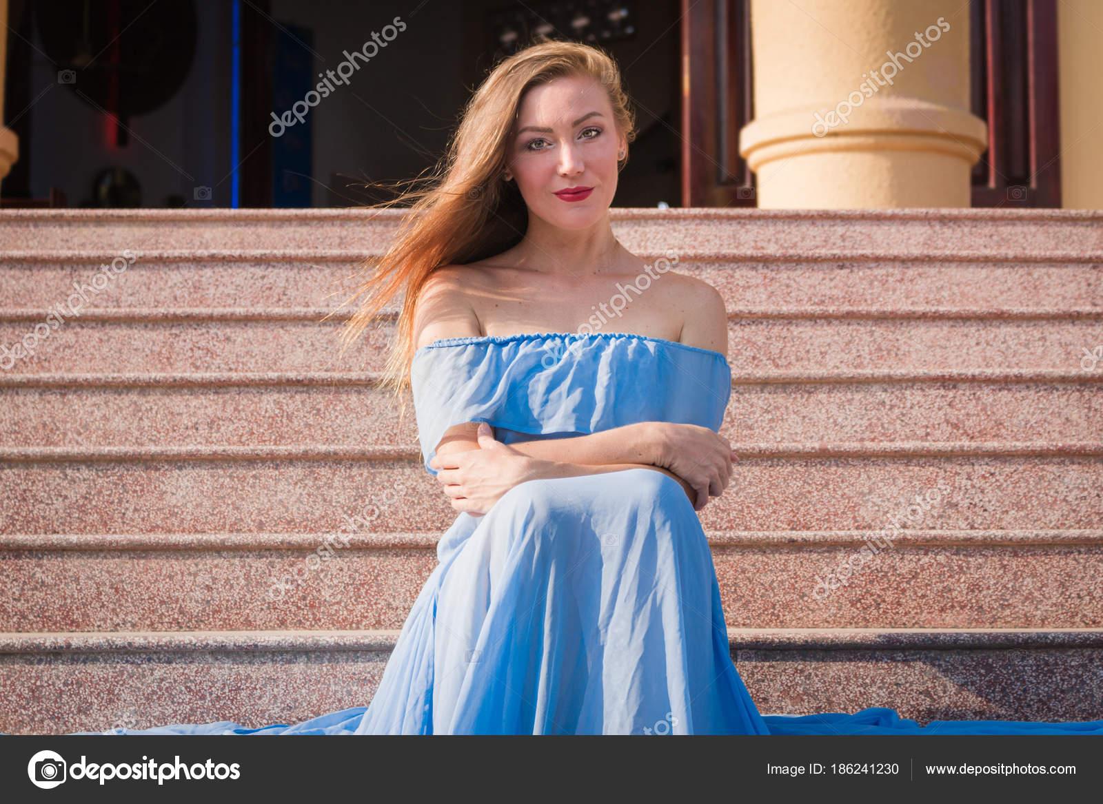 Chica guapa novia linda sexy joven en un vestido largo azul se ...