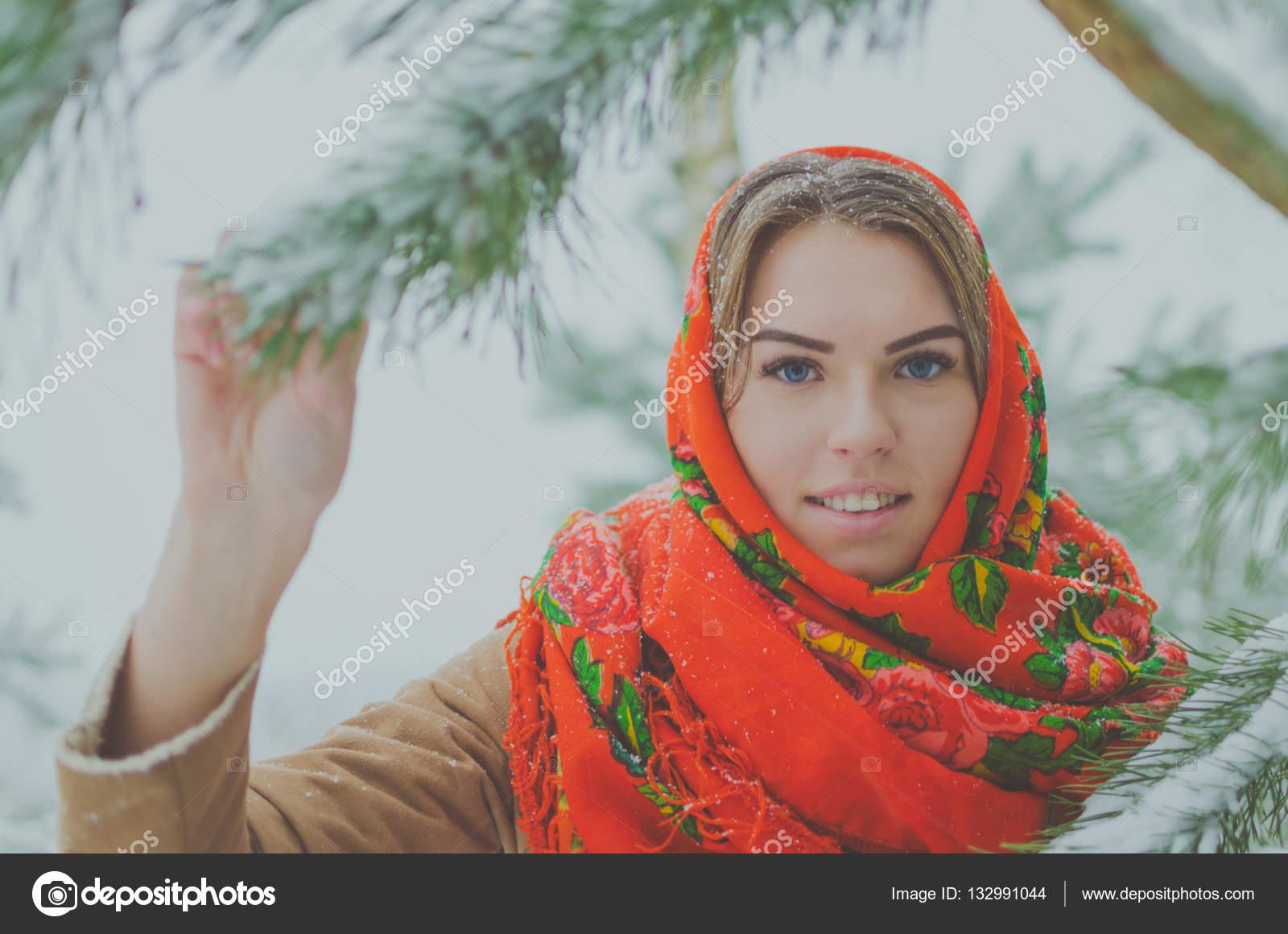 Девушки в красных платках