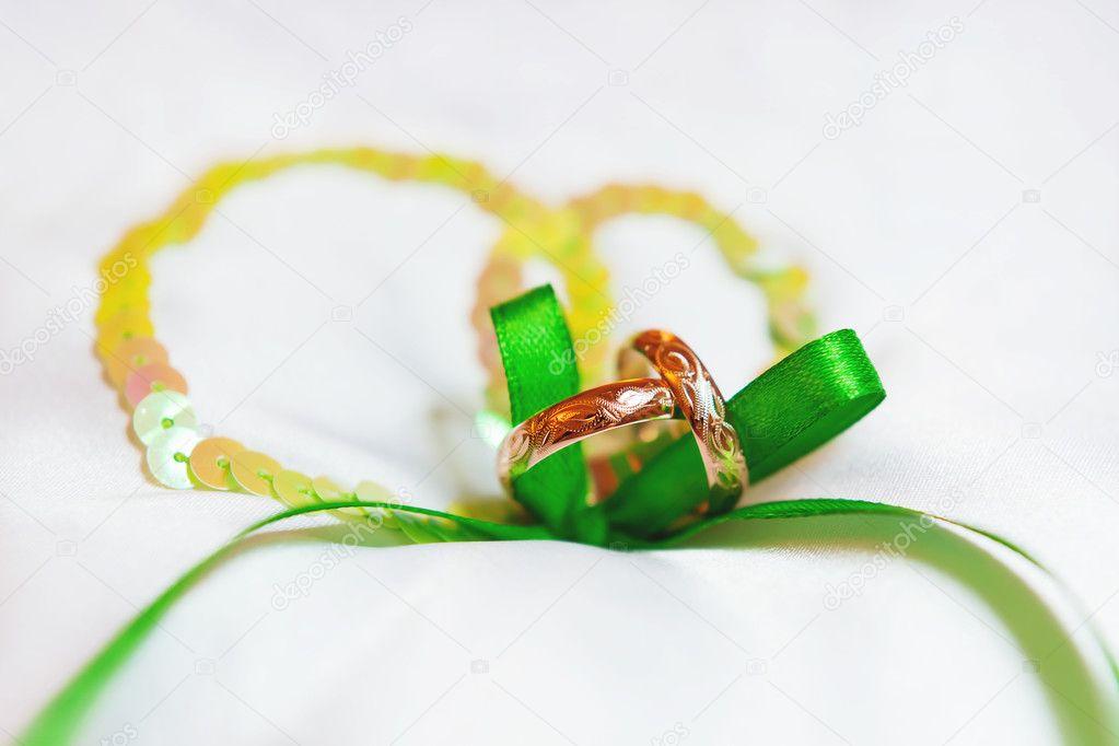 Goldene Hochzeit Ringe Mit Ornament Auf Seide Hintergrund